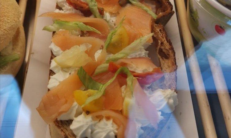 Acheter un sandwich à emporter dans une boulangerie artisanale à Blanzy